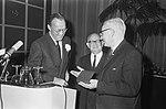 Prins Bernhard bij NOVIB, prins geeft penning van verdienste aan prof. De Vries , Bestanddeelnr 918-9719.jpg