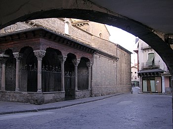 Puerta lateral San Pedro de Jaca.jpg
