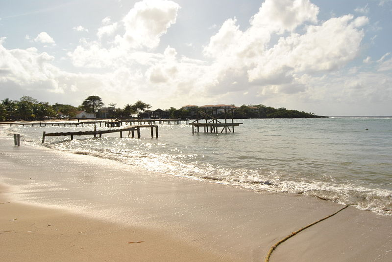 File:Roatan beach.JPG