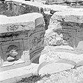Romeinse reliefs en ornamenten in de basis van zuilen in de rand van vijvers tem, Bestanddeelnr 255-6479.jpg
