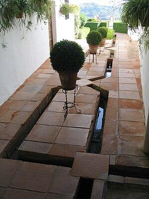 canales geomtricos insertados en el pavimento ronda espaa palacio de mondragn
