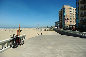 Seaside Oregon seawall and beach.JPG