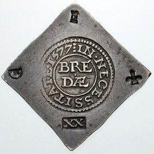 """Eine quadratische Silbermünze, die auf der Spitze steht. In der Mitte befindet ist ein Kreis eingeprägt, darin steht """"BREDA"""". In allen Ecken sind verschiedene Zeichen eingedrückt, unten die römischen Ziffern XX"""
