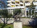 Skulptur vor der Stiftung Altenheim St. Johannis - St. Nikolai am Mittelweg in Hamburg-Harvestehude.jpg