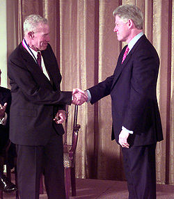 Robert Solow vastaanottamassa National Medal of Sciencea presidentti Bill Clintonilta.