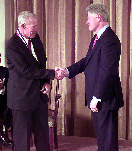 Bill Clinton awarding Solow the National Medal of Science in 1999