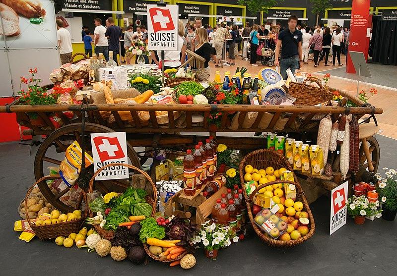File:Stand mit Schweizer Nahrungsmitteln.jpg