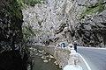 Straße und Fluss in der Bikas-Schlucht.JPG