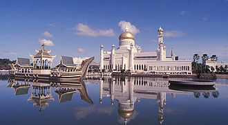 Omar Ali Saifuddin Mosque - Omar Ali Saifuddin Mosque with the ceremonial barge on the left