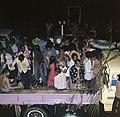 Surinaamse onafhankelijkheid feestende Surinamers op vrachtauto, Bestanddeelnr 254-9803.jpg