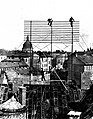Telefonmontören från Allmäna Telefonbolaget i arbete med uppsättning av telefongalge, början av 1890-talet - Nordiska Museet - NMA.0035453.jpg