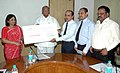 The Managing Director, Central Warehousing Corporation, Shri B.B. Pattanaik presenting a dividend cheque to the Union Minister of Consumer Affairs, Food and Public Distribution and Agriculture, Shri Sharad Pawar.jpg