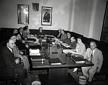 La prima riunione del terzo governo israeliano, guidato la Levi Eshkol (a capotavola). La Meir, unica donna, è la seconda a partire da destra.