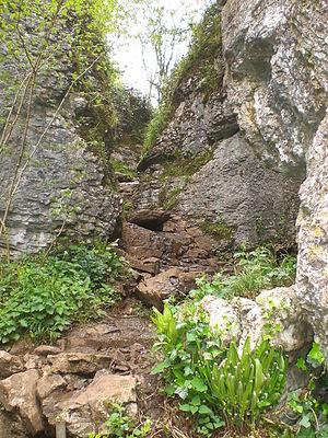 English: The narrow path through Ebbor Gorge