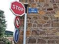 Thizy-les-Bourgs - Rue de l'Hôpital - Plaque et panneaux.jpg