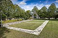 Tingstäde kyrka kyrkogården markerad husgrund.jpg
