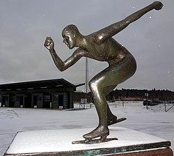 Statue forestillende skøjteløbere, lavet i bronze 1990 af Thomas Qvarsebo.   Placeret ved Eskilstuna-Isstadion.