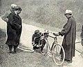 Tour de France 1906, Aucouturier répare sa roue brisée dans la Ballon d'Alsace.jpg