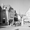 Tractor met druivenplukkers en kuip met de druivenoogst in de straten van Kröv, Bestanddeelnr 254-4197.jpg