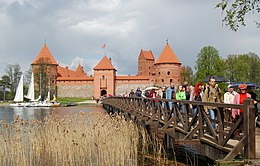 Trakai Castle tourists.jpg