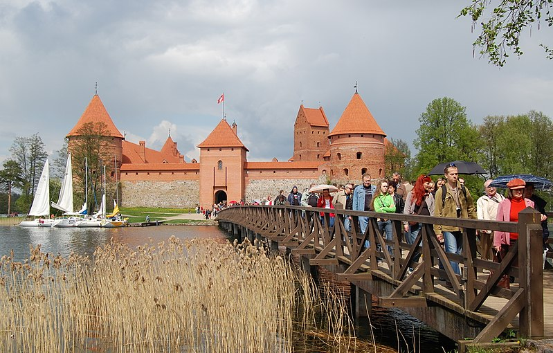 File:Trakai Castle tourists.jpg