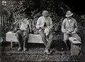 Tre män på bänk tvinnar metrev och flätar näverkorg. Jösse härad, Mangskogs socken, Värmland - Nordiska Museet - NMA.0036533.jpg