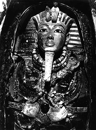 Mask of Tutankhamun - Image: Tutankhamun's mask, Burton photograph P0744, 1922