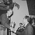 UItreiking World Press Photo 1965 prins Bernhard handen schuddend met de prijsw, Bestanddeelnr 918-5479.jpg