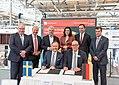 Unterzeichnung des Partnerlandvertrags 2019 mit Schweden durch Fredrik Fexe und Marc Siemering auf der Hannover Messe 2018 10.jpg