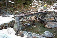 Un ponte di tronchi sulle Alpi francesi nei pressi di Vallorcine.