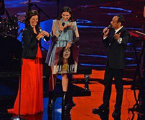 Carlo Conti (a destra) e Vanessa Incontrada (a sinistra) premiano Dua Lipa (al centro) ai Wind Music Awards 2016 all'Arena di Verona.