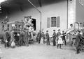 Verladen der Postsäcke vor dem Feldpostbureau in Delsberg - CH-BAR - 3239324.tif