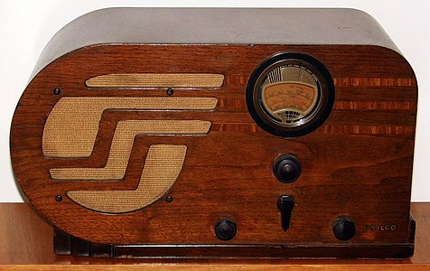 Vintage Philco (Big Bullet) Table Radio, Model 37-610T, Broadcast & Short Wave Bands, Art Deco Design, 5 Vacuum Tubes, Walnut Veneer Cabinet, Circa 1937 (15351304051).jpg
