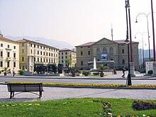 Piazza del Popolo e il Palazzo Municipale, costruito a metà strada tra i due sobborghi.