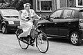 Vrouw op de fiets in traditionele klederdracht van Spakenburg.jpg