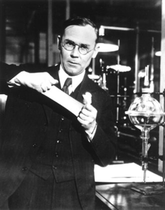 Polymer chemistry - Image: Wallace Carothers, in the lab