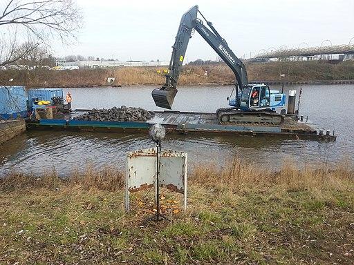 Werkschip in rivier de Dieze