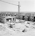 Woningen in aanbouw in de stad Dimona met op de voorgrond bouwmaterialen waarond, Bestanddeelnr 255-3562.jpg