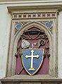 Znak proboštství na kostele Povýšení sv. Kříže v Poděbradech.jpg