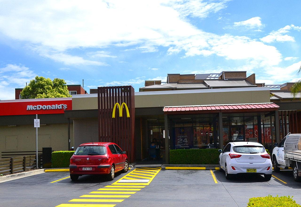 Vickie Anderson, une employée de McDonald's au Kansas, a été surprise par une voiture d'un client du nom de Chris Ellis. | Photo: Wikimedia Commons