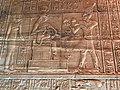 Égypte, Île Agilka, Complexe de Philae, Temple d'Isis, Salle hypostyle, bas-relief (49758234852).jpg