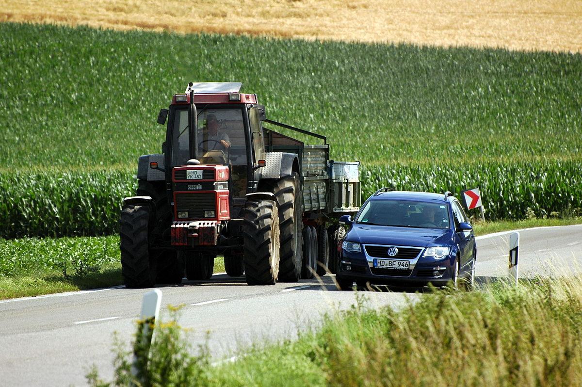 sie fahren mit einem langsamen fahrzeug auf einer landstraße