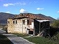 Ερειπωμένο σπίτι στο νησάκι του Αγίου Αχιλλείου.jpg