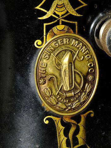 Логотип «Зингер» на швейной машине