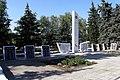 Святогорск, братская могила – стела с плитами.jpg