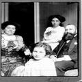 וולפסון דוד ורעייתו יחד עם מכרים ( ת. מ. 1907 ) .-PHG-1002247.png