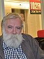 """מיכה בר-עם בהקלטת התכנית """"תעודת עיתונאי"""" ברדיו תל אביב.jpg"""