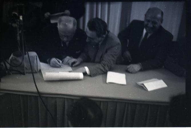 פנחס רוזן חותם על מגילת העצמאות 1948