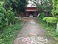 বিদ্যালয়ের প্রধান ফটক থেকে একাডেমিক ভবন.jpg