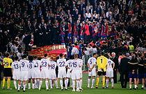 Barcelona betræder scenen efter finalesejren mens Manchester United kigger på
